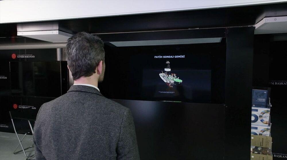 Dijital TIR'ın içinde harekete duyarlı ekran, 3 boyutlu sanal kutu, yeşil perde ve sihirli ayna deneyim alanları bulunuyor. Özel olarak üretilen harekete duyarlı ekran, ileri teknoloji hareket algılama sistemleriyle yanından geçen veya karşısında duran ziyaretçinin hareketlerini animasyon olarak yansıtıyor. Bu alanda ziyaretçilere Türkiye'nin milli gururu insansız hava aracı (İHA) ile bir uçuş deneyimi imkanı sağlanıyor.
