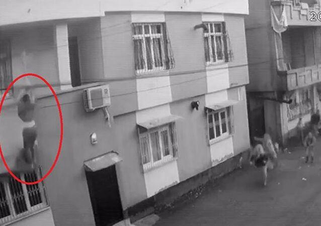 Odaya kilitlenip darbedildiği öne sürülen kadın balkondan aşağı düştü