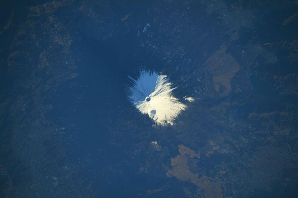 Japonya'nın sembollerinden biri  karla kaplı Fuji Dağı