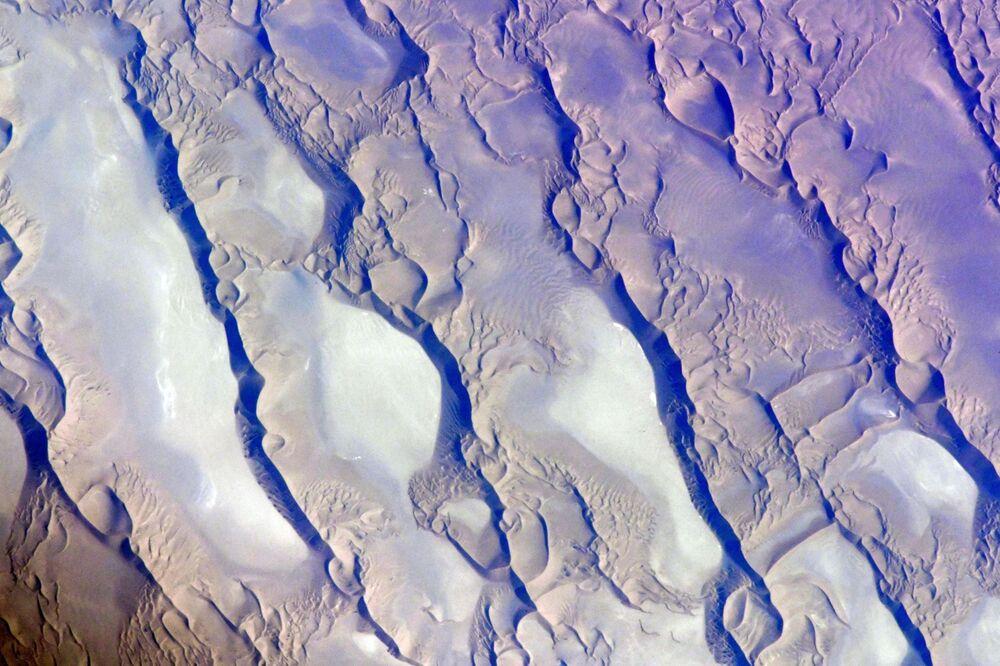 İran'ın Kirman şehrinde bulunan Lut çölü, 480 km uzunluğu ve 320 km genişliği ile en büyük çöl havzalarından biri  ve aynı zamanda en kurak ve sıcak olanıdır.