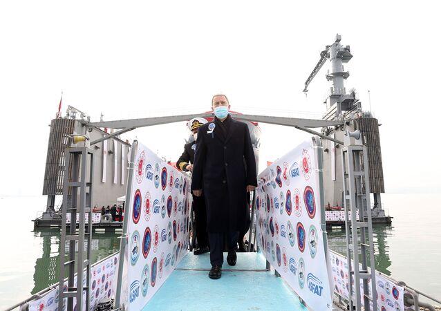 10 bin tonluk yüzer havuzun hizmete alındığı törene iştirak eden Millî Savunma Bakanı Hulusi Akar, askerî törenle karşılandı.