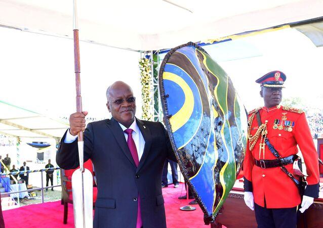 Tanzanya Devlet BaşkanıJohn Magufuli elinde mızrak ve kalkanla