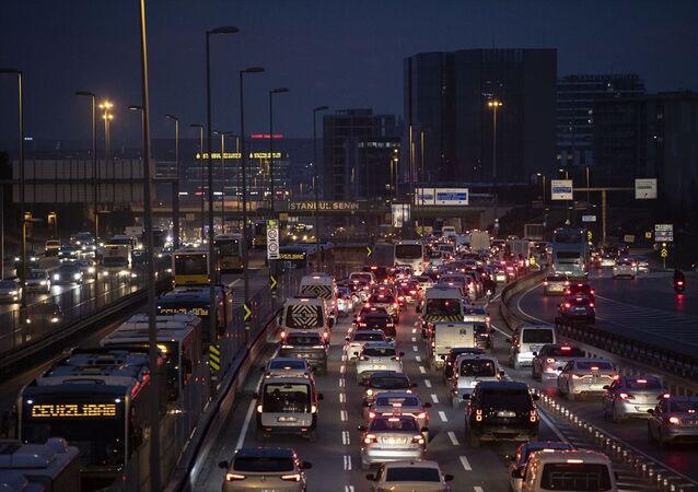 İstanbul'da, yeni tip koronavirüsle (Kovid-19) mücadele önlemleri kapsamında saat 21.00'de uygulanacak sokağa çıkma kısıtlaması öncesi, D-100 kara yolu Cevizlibağ mevkisinde her iki yönde trafik yoğunluğu yaşandı.