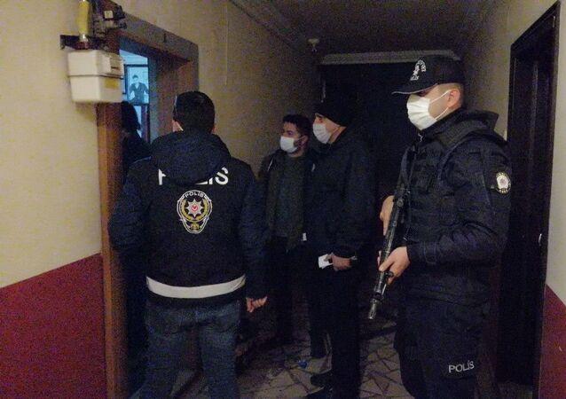 Kahramanmaraş'ta polis ekipleri, bir dernek lokali ve kahvehanede kumar oynayanlara yönelik baskın yaptı.