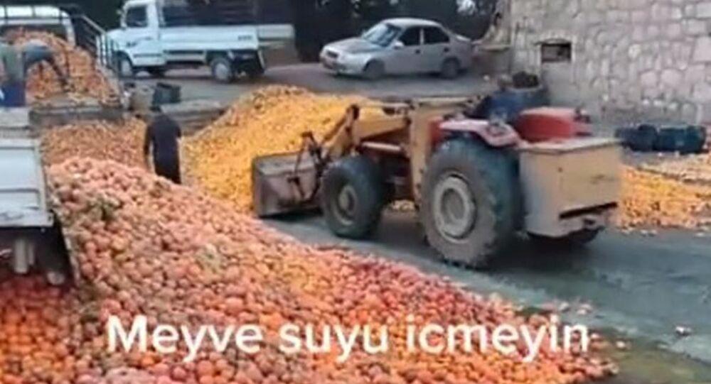 Sosyal medyada Adana'da çekildiği iddia edilerek paylaşılan bir videoda çoğu çürümüş portakalın meyve suyu yapımı için kepçeyle tesise taşındığı görüldü.
