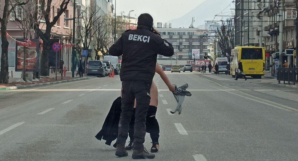 'Vazifemi yaptım baba' diye bağırıp cadde ortasında çıplak halde koşmaya başladı