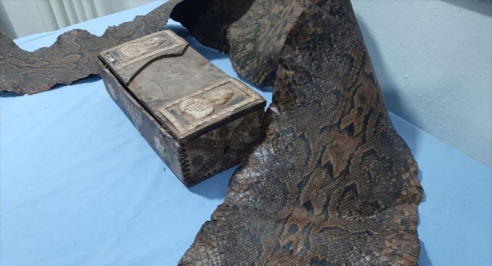 Üzerinde İbranice yazılar bulunan 3 buçuk metrelik tarihi yılan derisi ele geçirildi