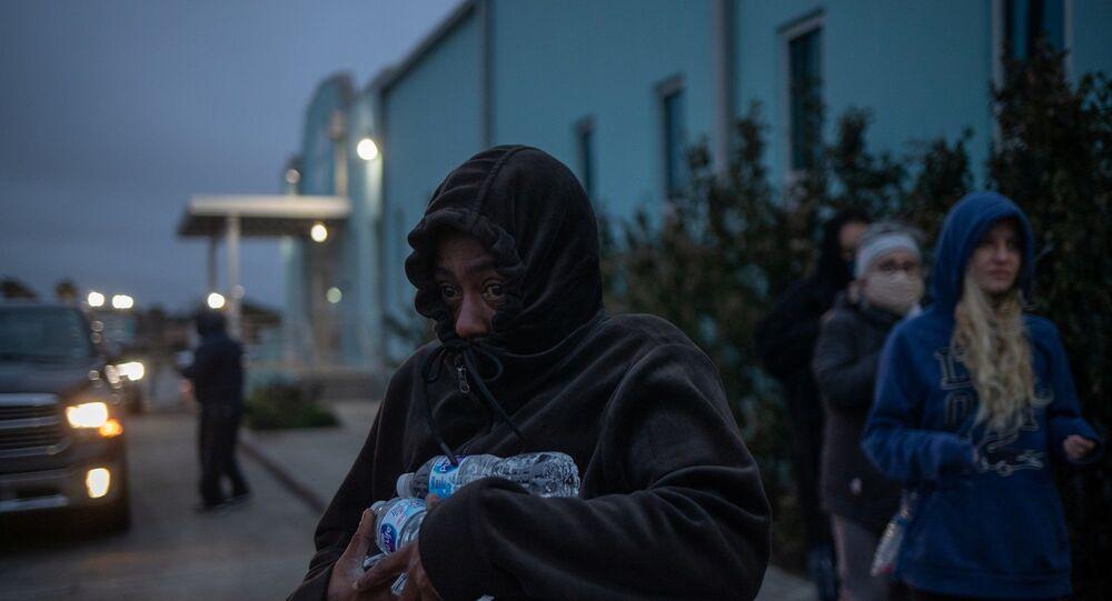 ABD - Teksas'ın Galveston şehrinde insanlar dağıtılan şişe sulardan temin ediyor.