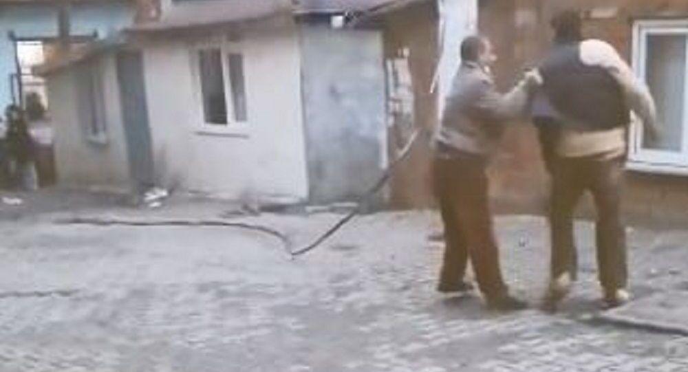 Tekirdağ'ıda elektirik direğinden kopup alev alan tele yoldan geçen bir adam tekme attı