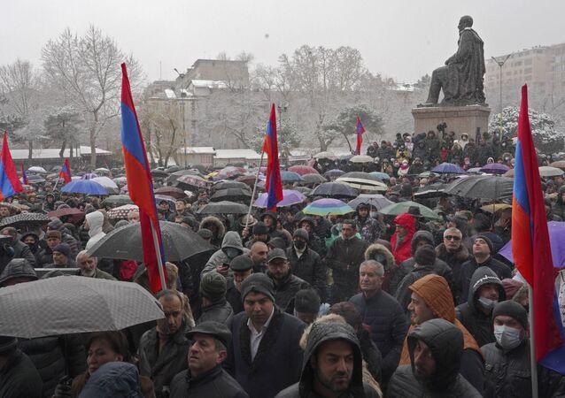 Erivan'ın merkezinde binlerce kişinin katıldığı miting düzenleniyor