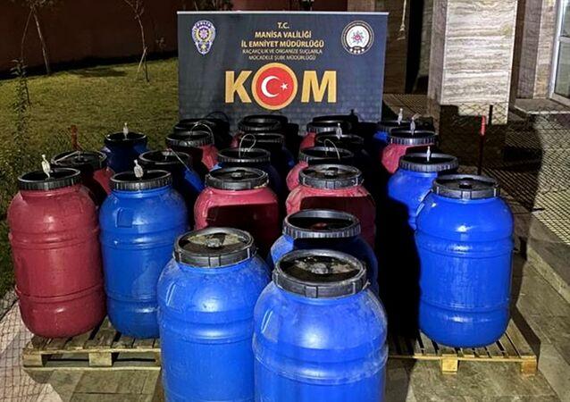 Manisa'nın Yunusemre ilçesinde düzenlenen operasyonda 3 bin 615 litre sahte içki ele geçirildi.
