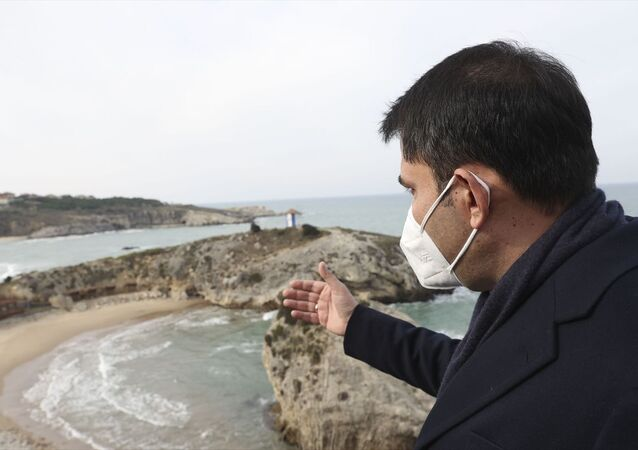 Çevre ve Şehircilik Bakanı Murat Kurum, temaslarda bulunmak üzere geldiği İstanbul'da, Şile ilçe merkezinde incelemelerde bulundu.
