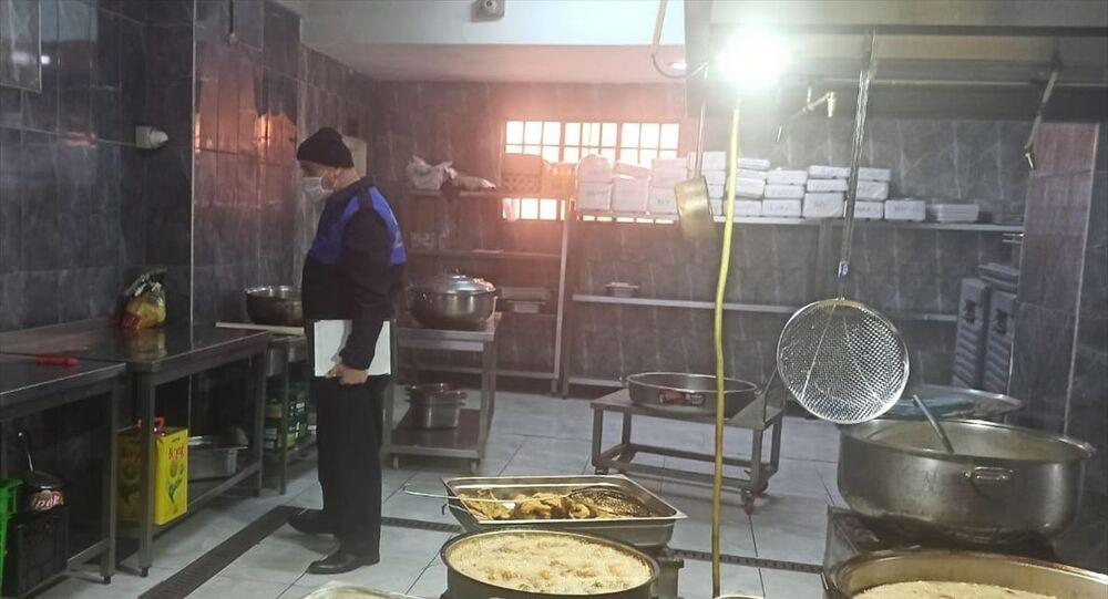 Tuzla Belediyesi Zabıta Ekiplerinin bir yemek üretim tesisinde yaptığı denetimde son kullanma tarihi geçmiş ve yemek yapılmak üzere hazır bekletilen yaklaşık 70 kilogram tavuk eti imha edildi.