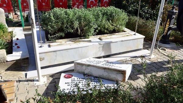 Adana'da, FETÖ'nün 15 Temmuz 2016'daki darbe girişimi sırasında hayatını kaybeden polis memuru ikizler Ahmet ve Mehmet Oruç'un kabirlerinin de arasında bulunduğu 79 mezarın taşlarına zarar verildi. - Sputnik Türkiye