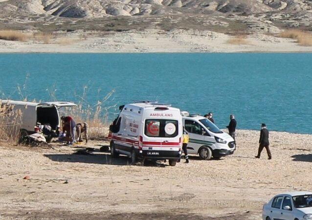 Şanlıurfa'da bir minibüste 1'i çocuk 3 kişinin cesedi bulundu. Ölenlerin ısınmak için yaktıkları kömür ateşinden dolayı, karbonmonoksit gazından zehirlenerek hayatını kaybettiği belirlendi.