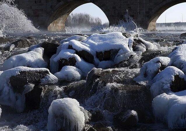 Sivas'ın İmranlı ilçesi, bu gece sıfırın altında 27,1 derece ile Türkiye'nin en soğuk yeri olarak kayıtlara geçti.