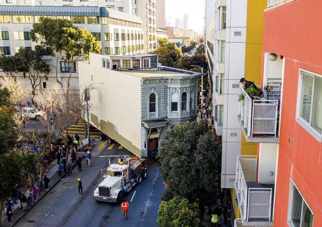 ABD'de 139 yıllık Victoria tarzı 2 katlı ev, 400 bin dolar maliyetle 800 metre uzaklıktaki başka caddeye taşındı.