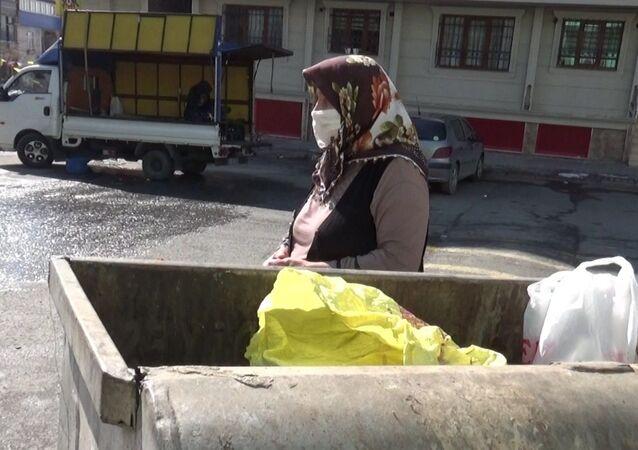 Yanlışlıkla para ve telefonunu çöpe atan yaşlı kadın: 100 liram, cep telefonum ve anahtarım vardı, alıp götürmüşler