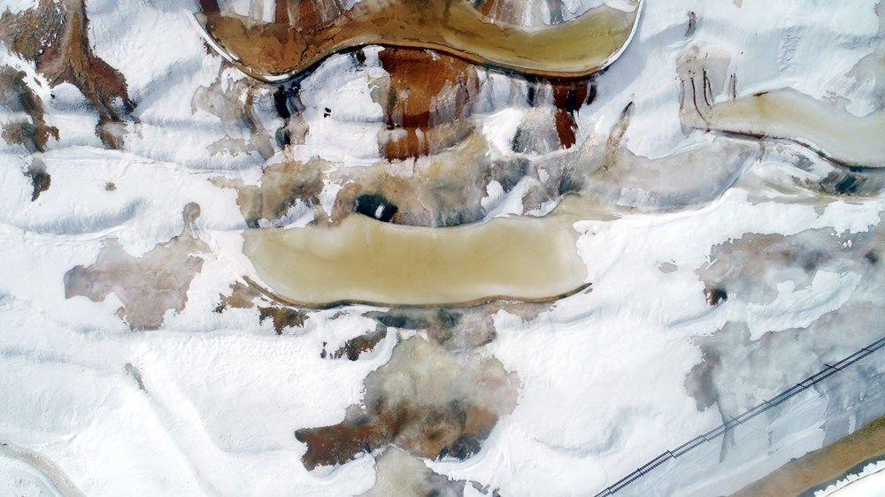 Altınkale'nin traverten havuzlarının yüzeyi de buzla kaplandı.