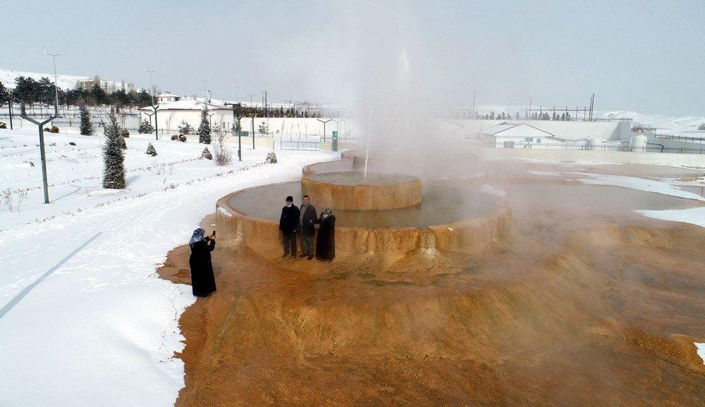Hava sıcaklıklarının sıfırın altında seyretmesiyle kısa mesafede 45 dereceden donma seviyesine inen su, görenleri şaşırttı.