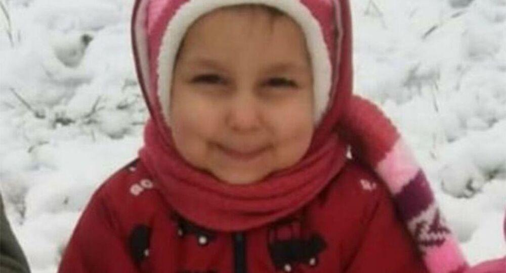 Kocaeli'nin Başiskele ilçesinde annesiyle marketten dönerken yola çıkan 4 yaşındaki kız, mikserin çarpması sonucu hayatını kaybetti.