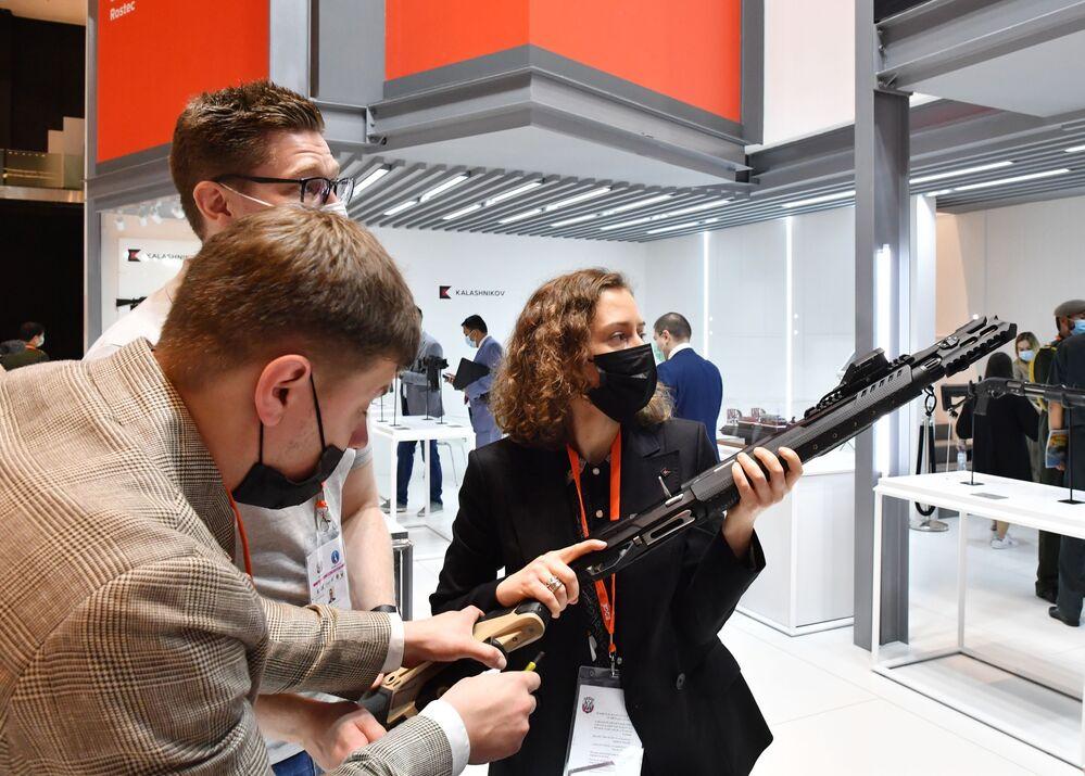 Rus 'Kalaşnikov' şirketi fuarda, akıllı telefonla senkronize edilen MP-155 Ultima akıllı tüfek tanıttı