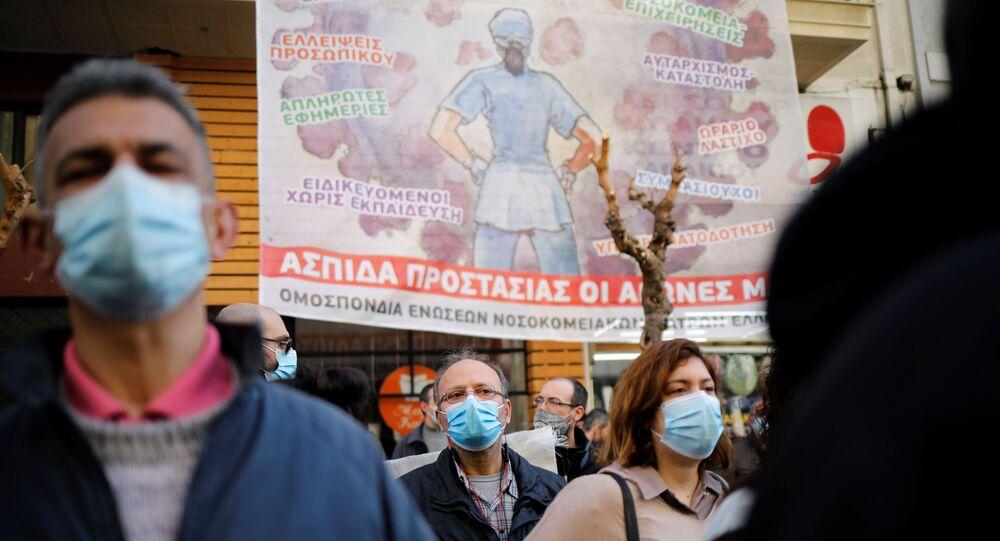 Atina'da doktorlar ve sağlık personelinden maaş protestosu
