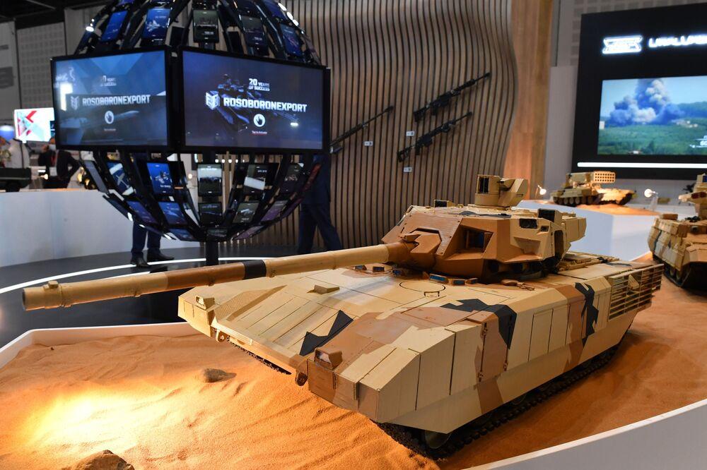 Rusya devlet silah ihracat şirketi Rosoboroneksport standında sunulan T-14 Armata tankının maketi