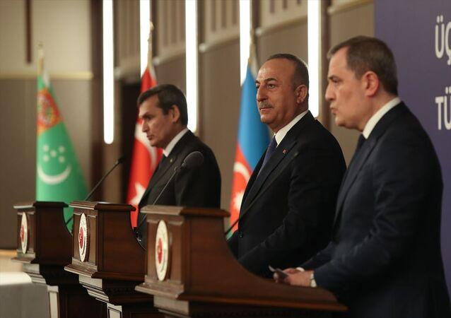 Türkiye-Azerbaycan-Türkmenistan Üçlü Dışişleri Bakanları 5. Toplantısı, Cumhurbaşkanlığı Külliyesi'nde gerçekleştirildi. Toplantıya Dışişleri Bakanı Mevlüt Çavuşoğlu, Azerbaycan Dışişleri Bakanı Ceyhun Bayramov ile Türkmenistan Dışişleri Bakanı Raşid Meredov (fotoğrafta) katıldı. Meredov, programın ardından düzenlenen ortak basın toplantısında açıklamalarda bulundu.