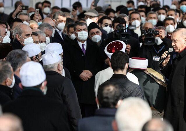 Sağlık Bakanı Koca, Saraç'ın cenazesindeki kalabalık görüntülerle ilgili özür diledi