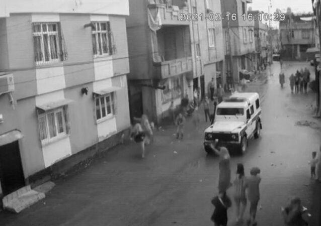 Eşinin şiddetinden kaçmak için balkondan atlayan kadın