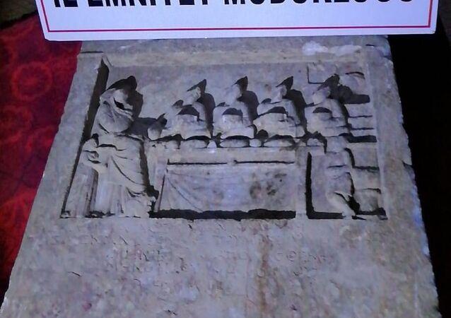 Roma dönemine ait mezar steli (Mezar başlarına veya üzerine dikilen blok taş)
