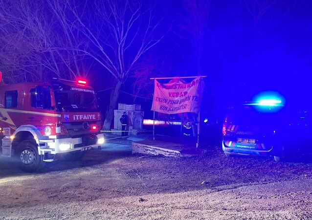 Denizli'de bir restoranda yangın çıktı. İtfaiye ekiplerinin müdahalesiyle söndürülen yangında 3 kişi hayatını kaybetti.