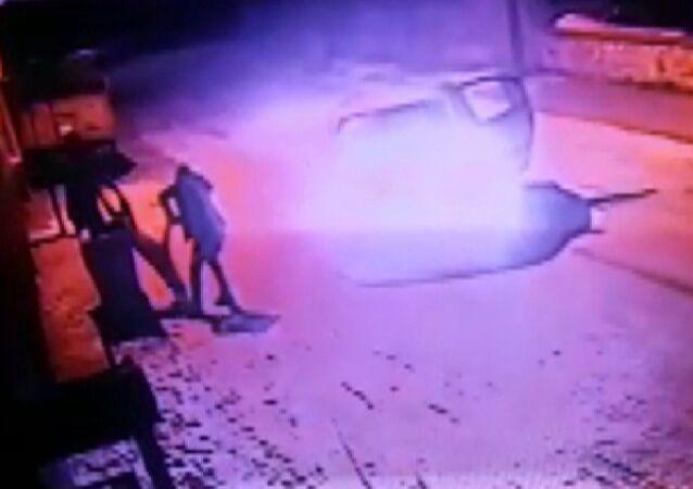 Konya'da sokak köpeğinin otomobil içerisinden silahla vurduktan sonra yaralayan kimliği belirsiz kişiler, can çekişen köpeği tekmeledikten sonra çöpe attı. Şahısların köpeği vurma anı ve tekmeledikten sonar çöpe atma anları kameraya yansıdı.