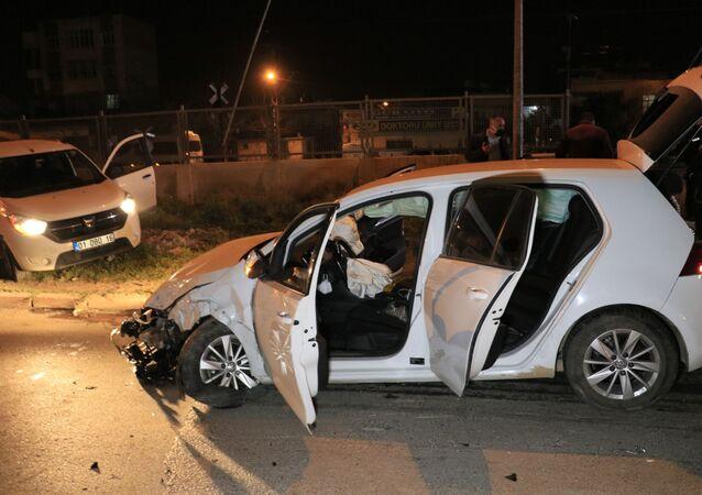 """Adana'da uygulama noktasında polisin 'dur' ihtarına uymayan alkollü otomobil sürücüsü 10 kilometre kaçtıktan sonra hafif ticari araca çarpıp kaza yaptı. Yakalanan şüphelilerden biri, gazetecilerin birine çarptınız öldürebilirdiniz sorusuna,"""" Allah'ın takdiri ne diyelim"""" dedi."""