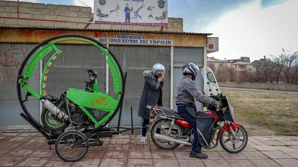 İran'dan 2007'de ayrılarak Irak'a giden Motei, orada 9 yıl kaldıktan sonra Türkiye'ye geldi. Van'a yerleşen Motei, hurda demirleri sanat eserine dönüştürüyor.