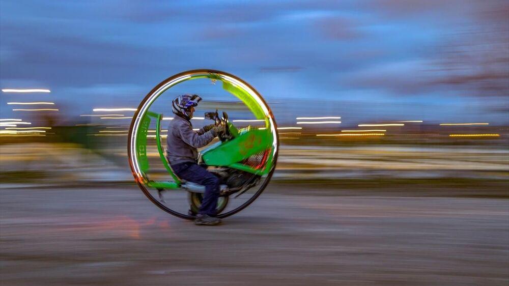 İskele Caddesi'nde kurduğu küçük bir atölyede sanatını icra eden Motei, izlediği bilim kurgu filminde gördüğü tek tekerlekli motosikletin benzerini yapmaya karar verdi.