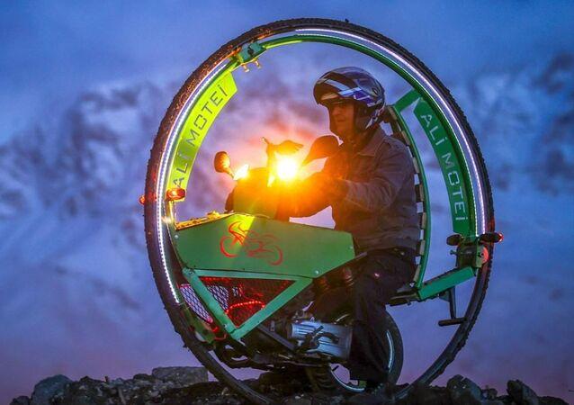 Borudan yaptığı büyük çemberi lastikle kaplayıp motora bağlayan Motei, eşi ve çocuklarının da yardımıyla 4 ayda tüm parçaları bir araya getirerek motosikleti tamamladı.