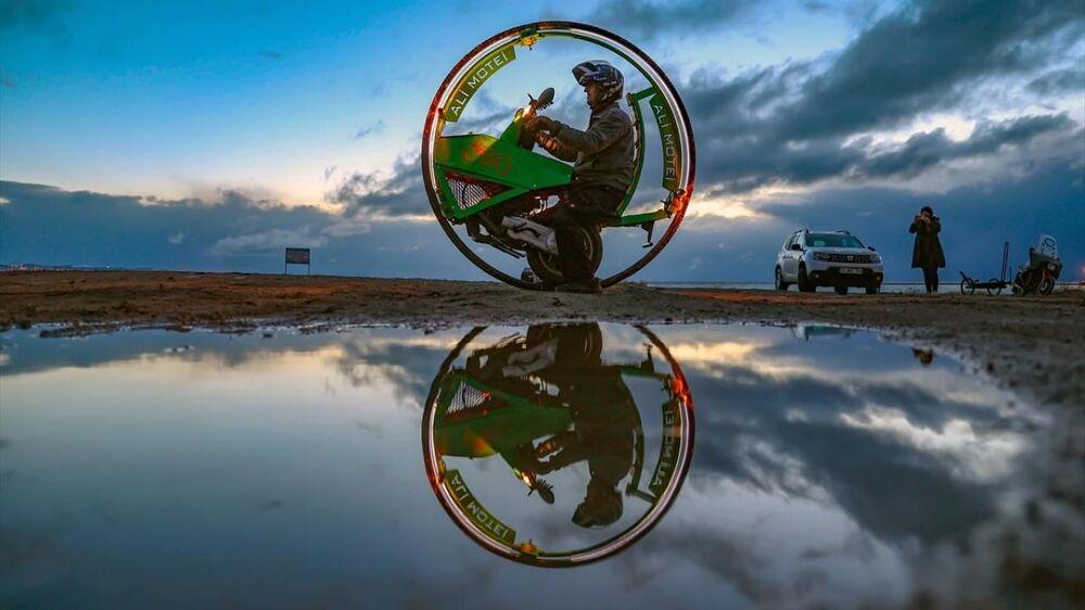Hazırladığı düzenek sayesinde motorun hareket etmesini sağlayan Motei, kent sakinlerinin meraklı bakışları arasında ilk test sürüşünü gerçekleştirdi. Motei'nin motosikletini gören kent sakinleri, cep telefonlarıyla görüntülemeye çalıştı.