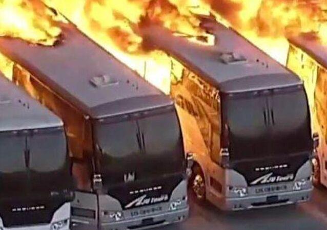 ABD'nin Los Angeles kentinde bulunan bir otobüs garajında yangın çıktı. Yangında can kaybı ya da yaralanma olmadığı açıklanırken; onlarca otobüs kullanılmaz hale geldi.