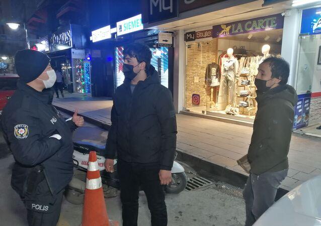 """Aksaray'da hem kısıtlamaya uymayan hem de maskesiz yakalanan 2 gence 8 bin 160 TL para cezası kesilirken, gençlerden birisi """"Çekirdek çitliyorduk"""" diğeri ise """"Telefonla konuşuyordum"""" diyerek kendini savundu."""