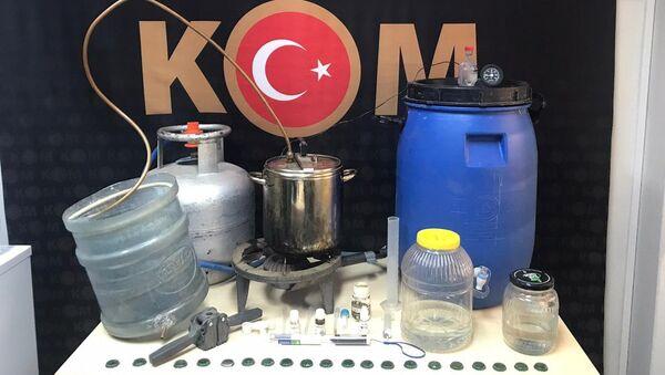 İzmir'in Ödemiş ilçesinde, sahte içki imalathanesine çevrilen eve düzenlenen operasyonda çok sayıda üretim malzemesi ve sahte alkol ele geçirilirken, bir kişi gözaltına alındı. - Sputnik Türkiye