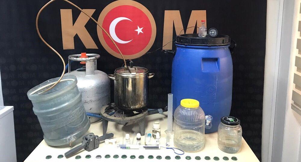 İzmir'in Ödemiş ilçesinde, sahte içki imalathanesine çevrilen eve düzenlenen operasyonda çok sayıda üretim malzemesi ve sahte alkol ele geçirilirken, bir kişi gözaltına alındı.