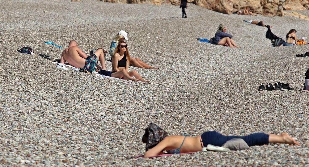 Antalya'da kısıtlamadan muaf tutulan turistler,  Şubat ayının son gününde denizin ve güneşin tadını çıkardı.