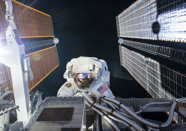 ABD Ulusal Havacılık ve Uzay Dairesi'ne (NASA) bağlı astronotlar, Uluslararası Uzay İstasyonu'nda (ISS) güneş panellerini bakımı ve yükseltme işlemleri için uzay yürüyüşüne çıktı.
