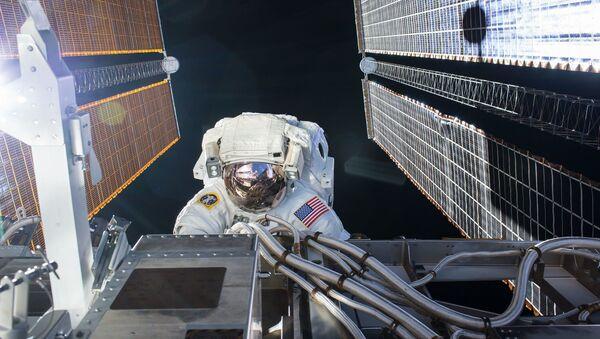 ABD Ulusal Havacılık ve Uzay Dairesi'ne (NASA) bağlı astronotlar, Uluslararası Uzay İstasyonu'nda (ISS) güneş panellerini bakımı ve yükseltme işlemleri için uzay yürüyüşüne çıktı. - Sputnik Türkiye