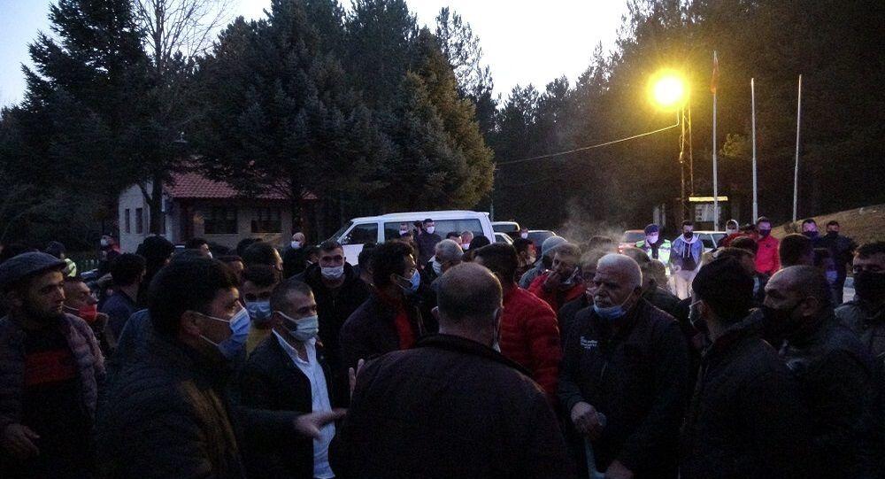 Taciz iddiasını duyan köylüler toplandı