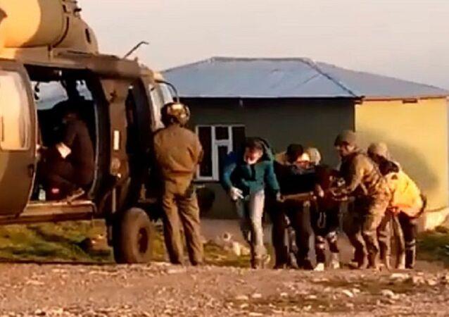 Hakkari'de trafik kazasında ağır yaralanan çocuk Kara Kuvvetleri helikopteri ile hastaneye kaldırıldı