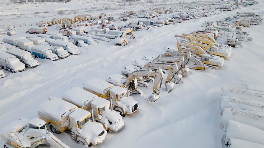 Vorkuta'ya 5 kilometre uzaklıkta bulunan ve uzun süredir park halinde bulunan bir şantiyeye ait iş makineleri, yağan kar ve fırtına nedeniyle beyaz örtüyle kaplandı.