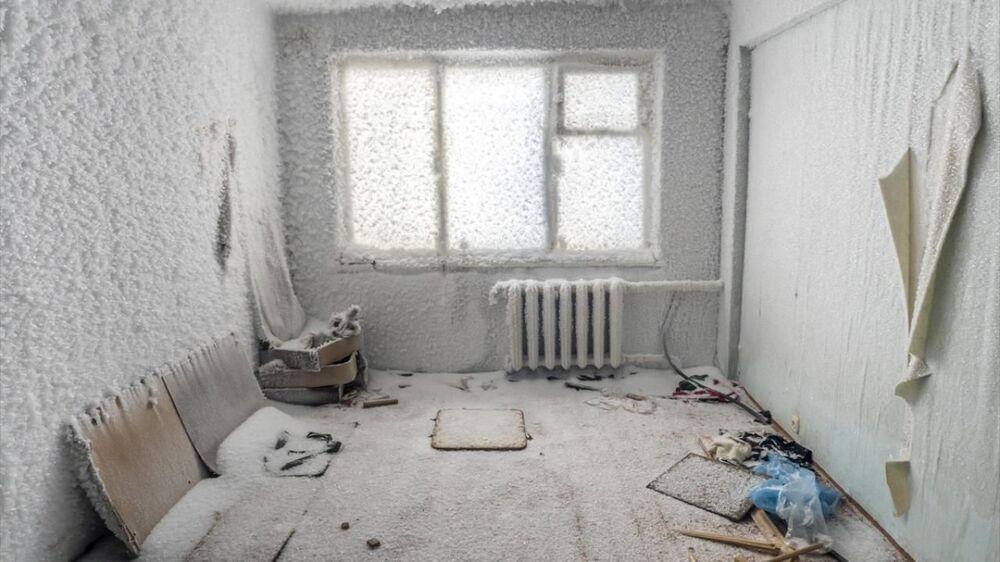 Vorkuta'ya 17 kilometre uzaklıktaki Severny bölgesinde de terk edilen apartmanların dairelerinin içi ve dış yüzeyi, katları, merdivenleri ve posta kutularına kadar her noktası buzla kaplandı.